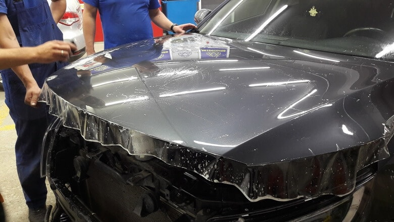 Фото процесса оклейки авто